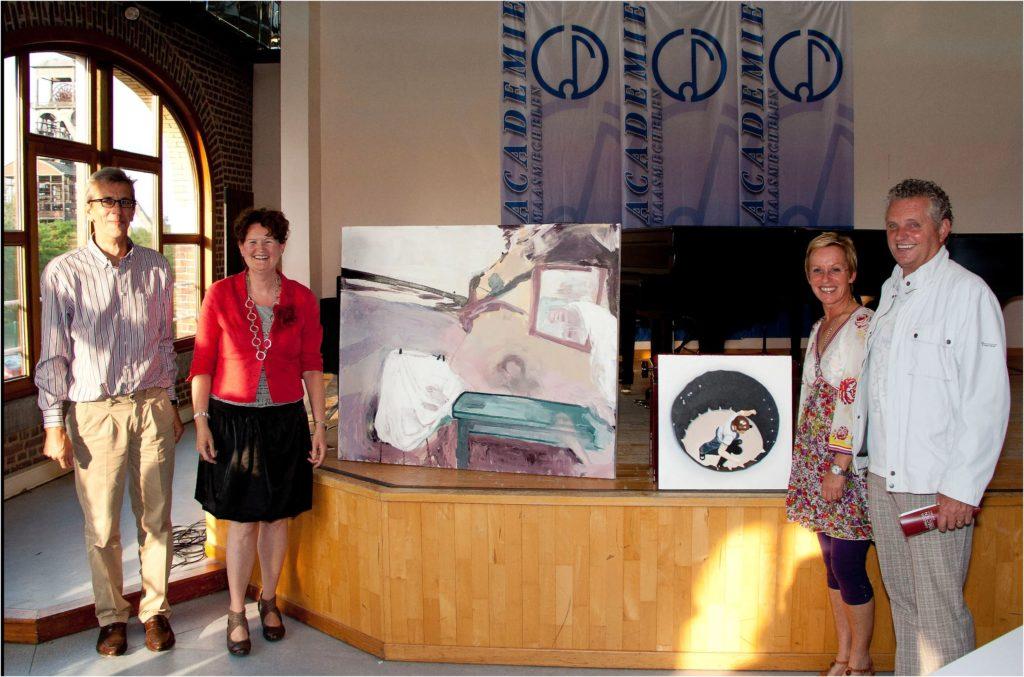Rita Koolstra staat bij directeur van de kunstacademie te Maasmechelen en tweede winnares en wethouder bij de gewonnen werken
