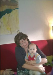 Rita Koolstra met 1 van haar kleinkinderen waar ze veel tijd voor heeft, want ze schildert op een iPad